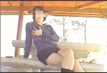 【手マン 潮吹き 動画】ド淫乱な素人美女達が人の目も気にせず、野外で手マンオナニーに感じまくる変態露出プレイ!
