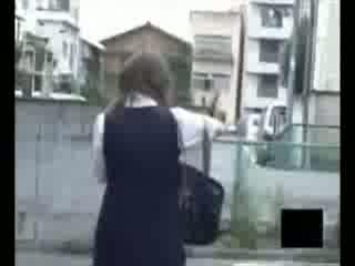 【無料エロ動画】この女子校生をストーキングしていたら帰宅途中に野グソ...